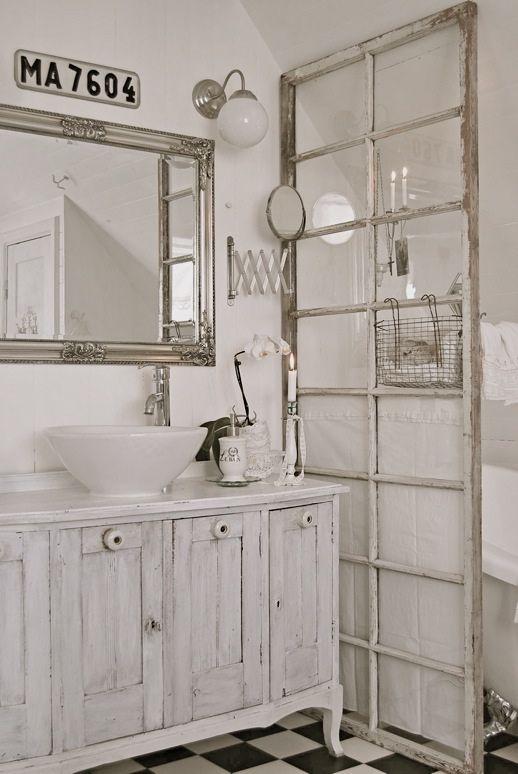 Un bagno arredato in stile Shabby Chic, deve avere un mobile con ...