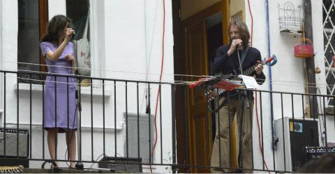 Cantare dal balconcino… è reato?