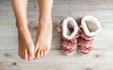 Togliersi le scarpe dentro casa aiuta a proteggere la propria salute