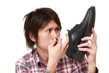 Affitti shock: le tue scarpe puzzano? E io ti accoltello