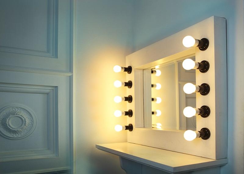 Come decorare gli specchi di casa - Specchio con lampadine ...