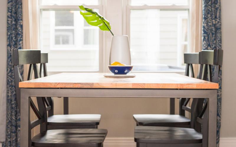 Tavoli allungabili: come arredare risparmiando spazio.